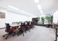 カーペット敷きのオフィス会議室