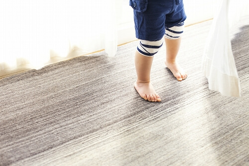 ハグみじゅうたん てざわり02 ER6181の上を歩く子ども