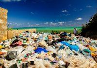 ケニア・ワタミュビーチに打ち寄せられたプラスチックゴミ