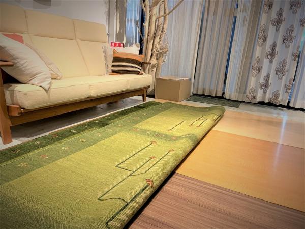 絨毯を半分めくった写真