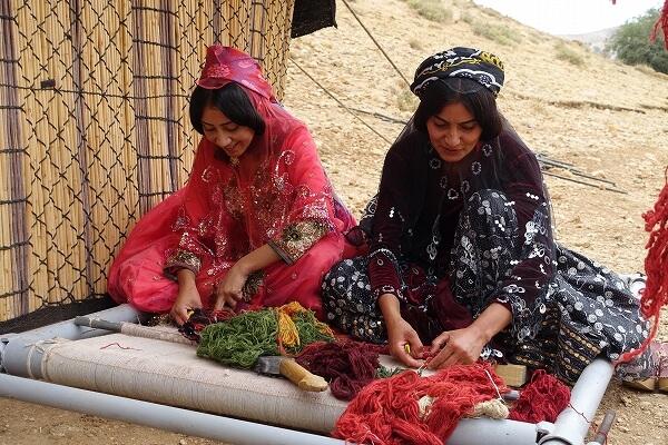 イランの遊牧民の女性が絨毯を織る様子