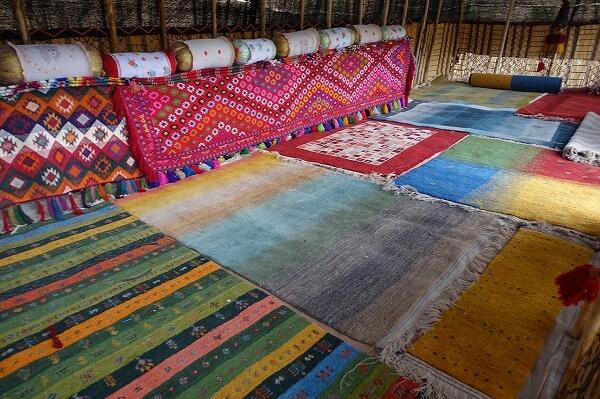 イランの遊牧民のテントの中。ウールの絨毯「ギャッベ」が敷き詰めらている