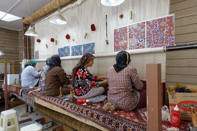 ペルシャ絨毯を織る有名工房の織り手さん達