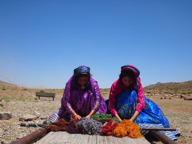 イランの遊牧民の方がギャッベを織っている様子