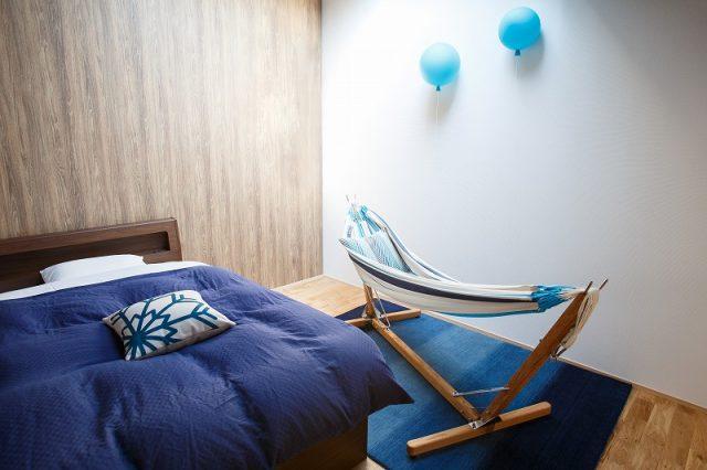 シマブルー様のリニューアルオープンしたキャビンにハグみじゅうたんER6172ブルーのラグ