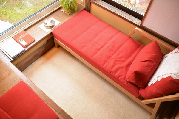 天童荘様 ゆったり横になれる椅子サイドにてざわりプレーン