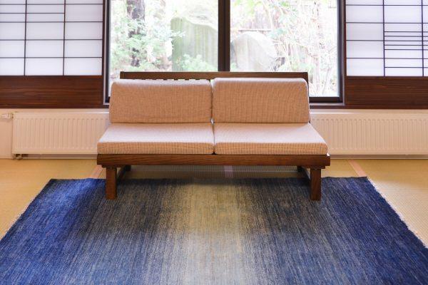 天童荘様 和室のソファの前にておりLR98D