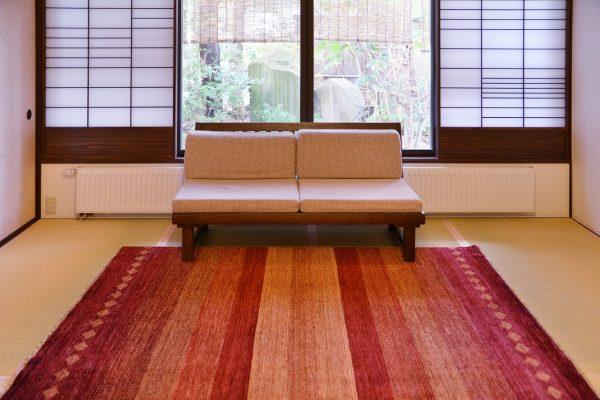 天童荘様 和室のソファの前にておりLR362A