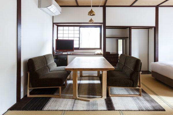 天童荘様 和室のソファテーブルの下にてざわりコレクションER6188