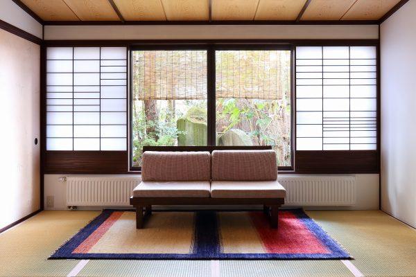 天童荘様 和室のソファの前にておりLR22A