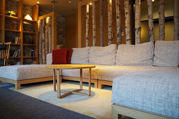 マウレ山荘様 ラウンジのソファの足元 てざわりプレーンシリーズ